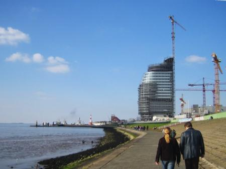 Am Deich in Bremerhaven, Blick aufs Hotel Atlantic Sail City