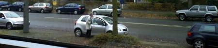 Parken in der Crüsemannallee in Bremen - der kleine silberne Yaris ist als letzter gekommen