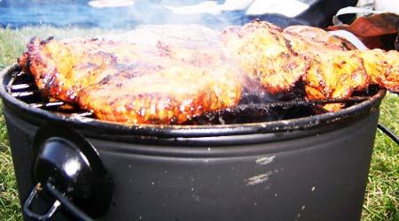 Grilleimer mit Fleisch am Osterdeich